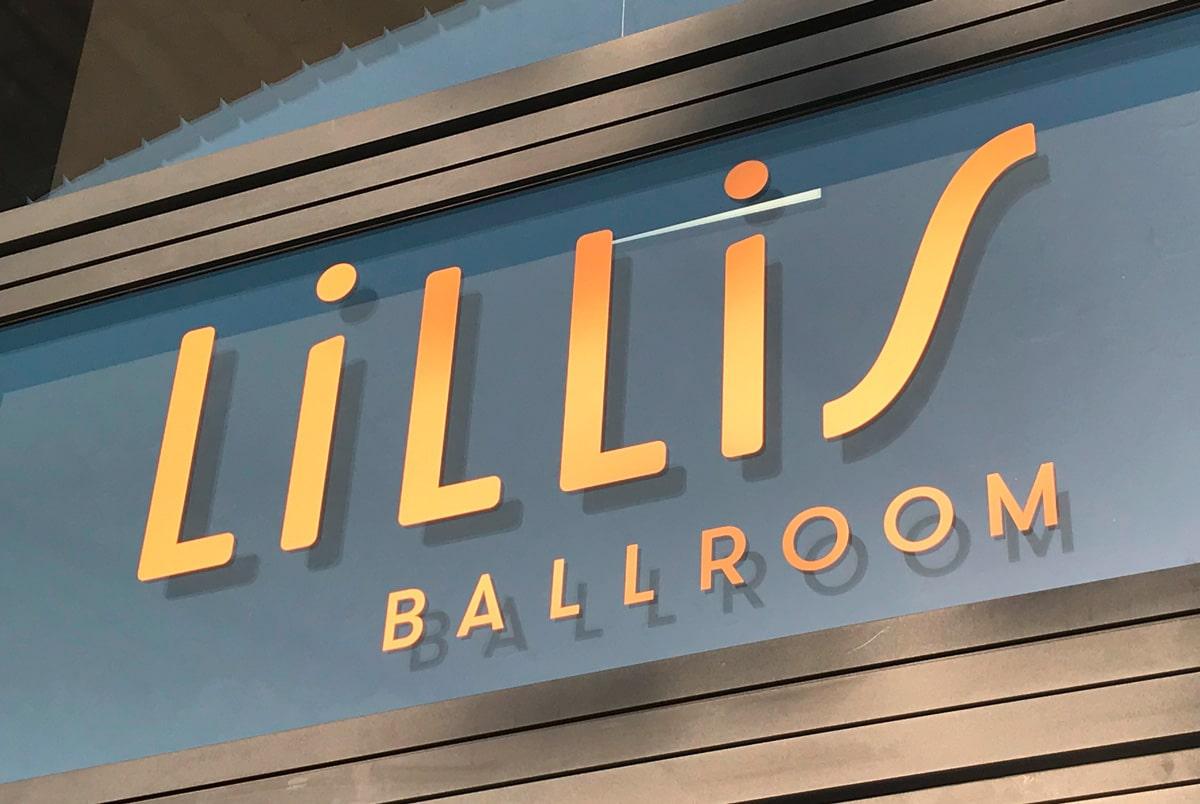 Logo über der Tür Lillis Ballroom